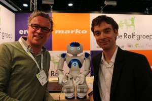 Nao in het midden en Jonas Lerebours van Alderon Robotics uit Frankrijk